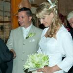Braut mit Hochsteckfrisur von Coiffeur Lauda wird in der Kirche empfangen