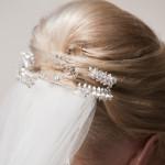 Braut mit Hochsteckfrisur und Schleier im Haar vom Hochzeitsfriseur Dresden