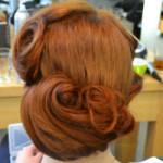 Josephine mit Steckfrisur und braunem Haar von hinten im Salon Coiffeur Lauda