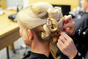 Experte für Hochsteckfrisuren und Hairstyling in Dresden - Steckfrisuren-Dresden-Friseur-Empfehlung-Hairstyling-vorm-Semperopernball-300