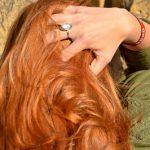 Josephine mit rotbraun leuchtendem Haar von Coiffeur Lauda von hinten mit Griff in die Haare