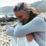 Naturfriseur Dresden Coiffeur Lauda mit energetischer Haararbeit, hier reife Frau sitzt am Strand