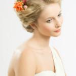 natürliche blonde Braut mit Blumen im Haar