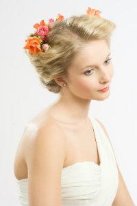 natürliche Braut mit Blume im Haar