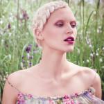 Blond Friseur Experte Dresden, Junge Frau mit blondem Zopf im grünen Feld